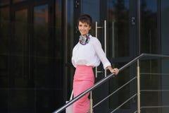 Junge ModeGeschäftsfrau in der weißen Bluse und im rosa Rock Lizenzfreies Stockbild