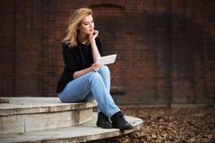 Junge ModeGeschäftsfrau, die Tablet-Computer auf Stadtstraße verwendet Stockfotografie
