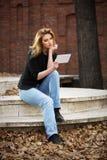 Junge ModeGeschäftsfrau, die Tablet-Computer in der Stadtstraße verwendet Lizenzfreie Stockfotografie