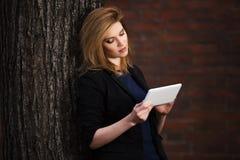 Junge ModeGeschäftsfrau, die Tablet-Computer verwendet Lizenzfreie Stockbilder