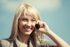 Junge ModeGeschäftsfrau, die um Handy ersucht Lizenzfreie Stockfotografie
