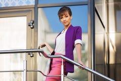 Junge ModeGeschäftsfrau im purpurroten Blazer und im rosa Rock Lizenzfreies Stockfoto
