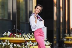 Junge ModeGeschäftsfrau im weißen Hemd und im rosa Bleistiftrock Stockbild