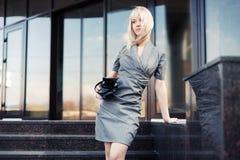 Junge ModeGeschäftsfrau mit Handtasche auf den Schritten Stockfotos