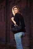 Junge ModeGeschäftsfrau mit Handtasche gehend auf Stadtstraße Lizenzfreies Stockfoto