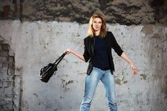 Junge ModeGeschäftsfrau mit Handtasche gehend in Stadtstraße Stockbild