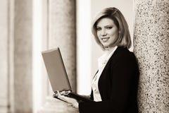 Junge ModeGeschäftsfrau mit Laptop am Bürogebäude Lizenzfreie Stockfotografie