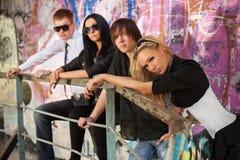Junge Modeleute an der Graffitiwand Lizenzfreie Stockbilder