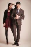 Junge Modepaare, die auf Studiohintergrund aufwerfen Stockbild