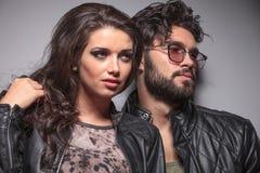 Junge Modepaare, die für die Kamera aufwerfen Lizenzfreie Stockfotos