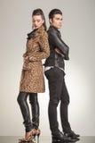 Junge Modepaare, die weg von der Kamera schauen Stockfoto