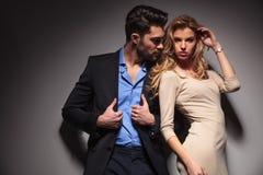 Junge Modepaare, die zusammen aufwerfen Lizenzfreies Stockfoto