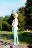 Junge moderne blonde Mädchenaufstellung Stockfotografie