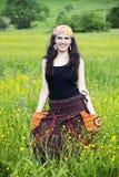 Junge moderne Frau auf einem Gebiet der Blumen Lizenzfreies Stockfoto