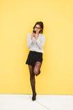 Junge modische Geschäftsfraumitteilung mit Smartphone Stockfoto