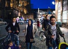 Junge moslemische Familie, die nachts ein Tag vor dem Beamten I geht Stockfotografie