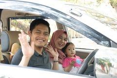 Junge moslemische Familie, Transport, Freizeit, Autoreise- und Leutekonzept - glücklicher Mann, Frau und kleines Mädchen, die an  stockfotografie