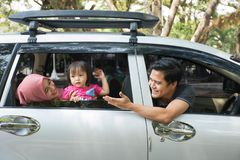 Junge moslemische Familie, Transport, Freizeit, Autoreise und Leutekonzept lizenzfreies stockfoto