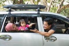 Junge moslemische Familie, Transport, Freizeit, Autoreise und Leutekonzept lizenzfreie stockbilder