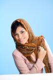 Junge moslemische Frau in der traditionellen Abnutzung Lizenzfreie Stockfotos