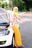 Junge moslemische Frau, die jemand wartet Stockfotografie