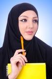 Junge moslemische Frau mit Buch Stockfoto