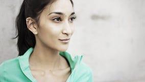 Junge multi ethnische Frau, die zur Seite schaut lizenzfreie stockbilder