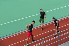 Junge multiethnische Athletengruppe machen das Ausdehnen von Übungen lizenzfreies stockfoto