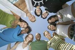 Junge multiethnische Freunde, die einen Kreis bilden Stockfotografie