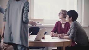 Junge multiethnische Geschäftsleute hören auf unerkennbaren weiblichen Führer, fortsetzen Diskussion im modernen gesunden Büro stock video
