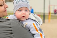 Junge Mutter auf einem Weg mit Baby Stockfoto