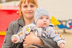 Junge Mutter auf einem Weg mit Baby Stockfotos