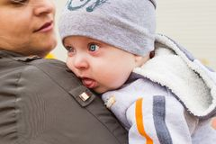 Junge Mutter auf einem Weg mit Baby Lizenzfreies Stockfoto