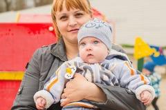Junge Mutter auf einem Weg mit Baby Lizenzfreie Stockbilder
