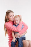 Junge Mutter beruhigt ihren Sohn Stockbild