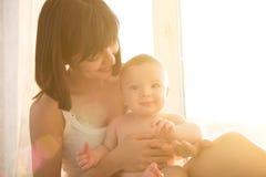 Junge Mutter des weichen Komfortfotos mit Baby Lizenzfreies Stockbild