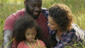 Junge Mutter, die angenommene Tochter, glückliche ethnisch gemischte Familie küsst und umarmt stock footage