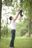 Junge Mutter, die mit Baby im Park spielt lizenzfreies stockfoto