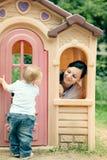Junge Mutter, die mit Baby im Park spielt lizenzfreie stockfotos