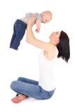 Junge Mutter, die mit dem kleinen Sohn lokalisiert auf Weiß spielt Stockbilder