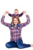 Junge Mutter, die mit ihrem kleinen Sohn spielt Lizenzfreies Stockfoto
