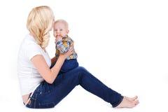 Junge Mutter, die mit ihrem kleinen Sohn spielt Lizenzfreie Stockfotos