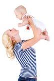 Junge Mutter, die mit ihrem kleinen Sohn spielt Lizenzfreies Stockbild