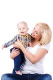 Junge Mutter, die mit ihrem kleinen Sohn spielt Stockbild