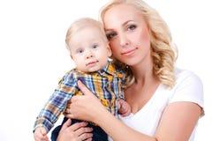 Junge Mutter, die mit ihrem kleinen Sohn spielt Lizenzfreie Stockfotografie