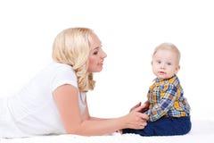 Junge Mutter, die mit ihrem kleinen Sohn spielt Stockbilder