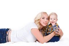 Junge Mutter, die mit ihrem kleinen Sohn spielt Stockfoto