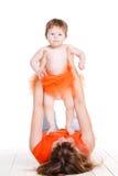 Junge Mutter, die mit ihrer kleinen Tochter spielt Stockfotografie