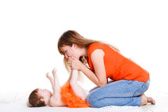 Junge Mutter, die mit ihrer kleinen Tochter spielt Lizenzfreie Stockfotos