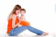 Junge Mutter, die mit ihrer kleinen Tochter spielt Lizenzfreie Stockfotografie